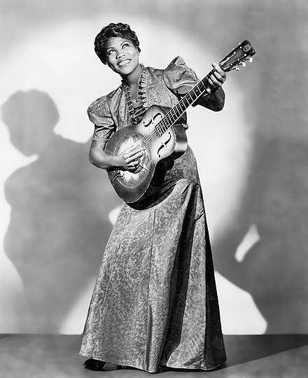 Sister_Rosetta_Tharpe_(1938_publicity_photo_with_guitar)